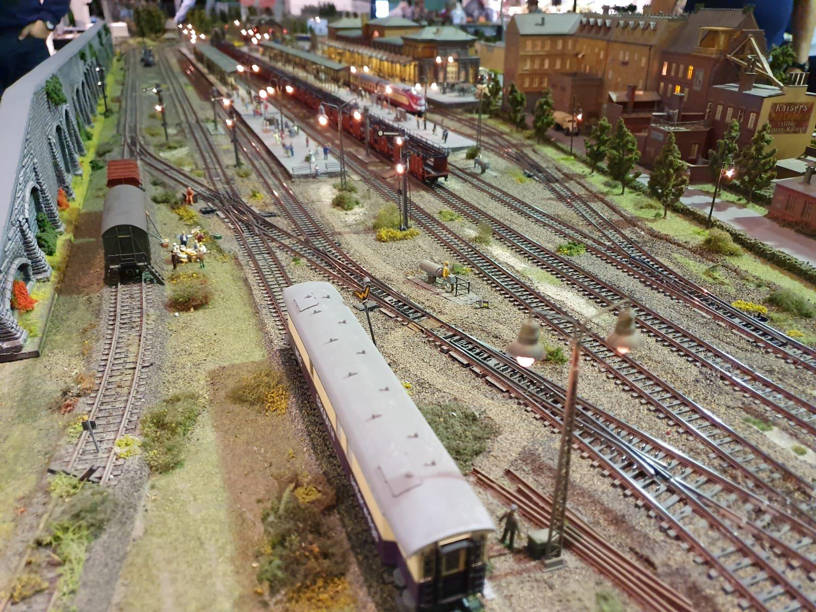 Bahnhofansichten im Gleisfeld